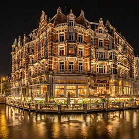 Hotel 'l Europe in Amsterdam in de avond van Mike Bot PhotographS