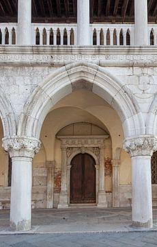 Détail de l'entrée du Palais des Doges dans le vieil état de Venise, Italie sur Joost Adriaanse