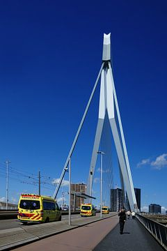 Drie ambulances op de Erasmusbrug in Rotterdam van Alice Berkien-van Mil