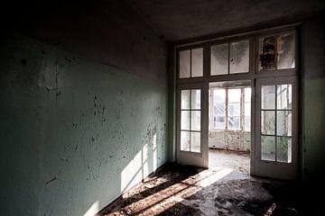 Lichtspel in vervallen Ziekenhuis von Anne Sypré