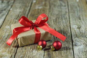 Kerstcadeau met rode kerstbal ornamenten van Alex Winter