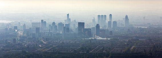 Luchtfoto panorama mistig Rotterdam van Anton de Zeeuw