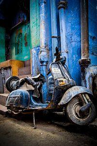 Verlaten Blauwe scooter van