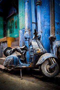Verlaten Blauwe scooter van Björn Jeurgens