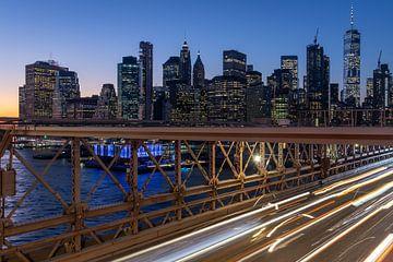New York Skyline von Brooklyn Bridge in der Nacht lange Belichtung Schuss mit Lichtspuren von fahren von Mohamed Abdelrazek
