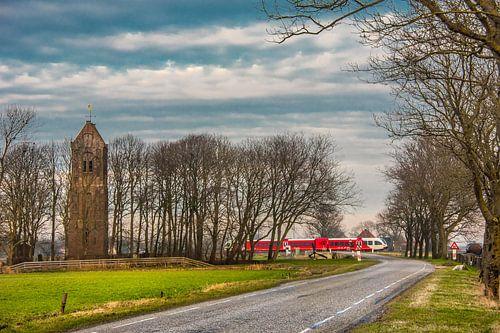 Fries landschap in het middaglicht nabij Mantgum met passerende trein.