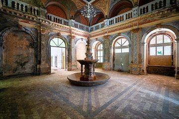 Verlassener Brunnen im Verfall. von Roman Robroek