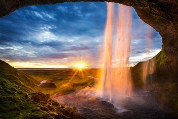 Zonsondergang bij de waterval Seljalandsfoss van