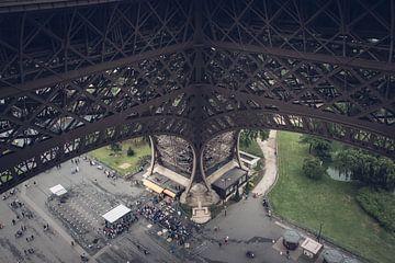 Bovenaanzicht van een van de pilaren van de Eiffeltoren van Suzanne Schoepe