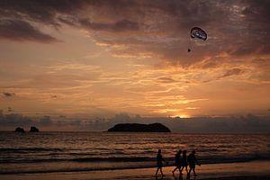 Strandwandeling bij zonsondergang, Costa Rica