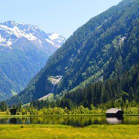 Bergmeer met huis in de Oostenrijkse Alpen van Tjeerd Langstraat