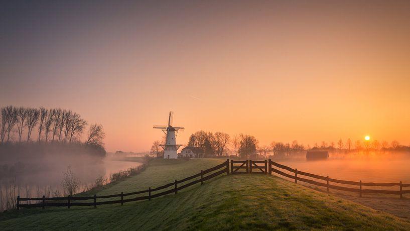 Zonsopkomst bij de molen 'De Vlinder' in Deil / Betuwe van Edwin Mooijaart