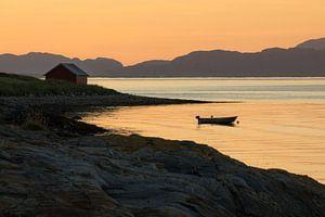 Zonsondergang aan de fjordenkust in Noorwegen van