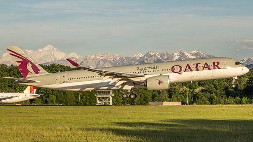 Qatar airways Airbus 350 landt op Geneve met de Mont Blanc op de achtergrond van