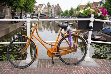 Oranje fiets op brug Rapenburg Leiden van Carel van der Lippe