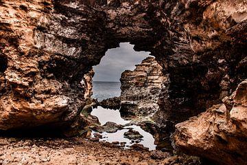 Steinbogen mit Spiegelung an der Küste von Rowan van der Waal