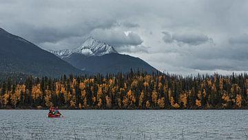Kano in de herfst op de Bowron Lakes van Ellen van Drunen