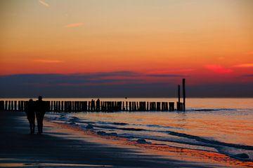 Romantische zonsondergang bij de zee van Die Farbenfluesterin