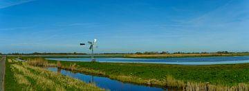 Wasserreiches Panorama mit authentischer Windmühle im Eilandspolder von Photo Henk van Dijk