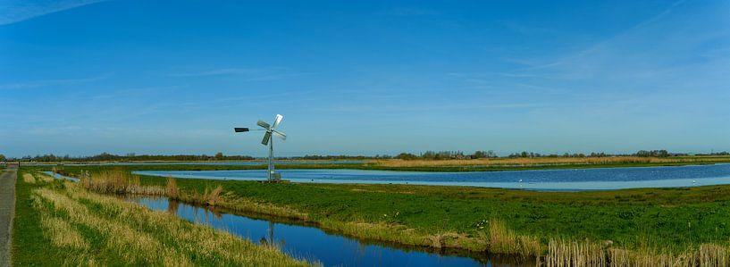 Waterrijk panorama met authentieke windmolen in de Eilandspolder van Photo Henk van Dijk