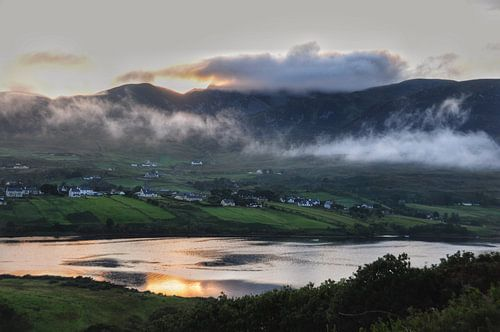 Zonsondergang in Carrick, Ierland. van