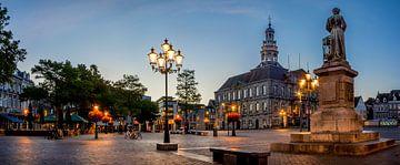 Stadhuis Maastricht tijdens zonsopkomst van