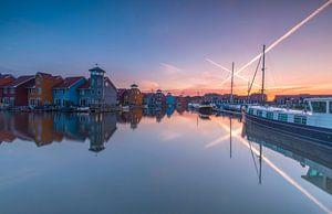 Zonsopkomst bij gekleurde huisjes in haven
