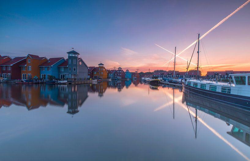 Zonsopkomst bij gekleurde huisjes in haven van Marcel Kerdijk