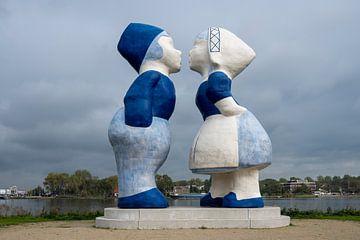 Kissing couple in Amsterdam van Foto Amsterdam/ Peter Bartelings
