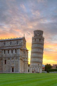 Der Schiefe Turm von Pisa bei Sonnenaufgang von Michael Valjak