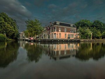 Le quartier de l'EE à Leeuwarden juste avant qu'il ne fasse vraiment nuit sur