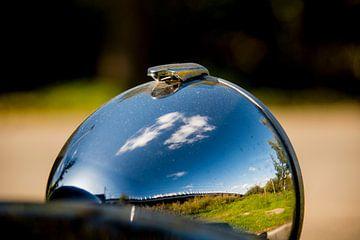 Wolken in de koplamp van een Citroen 2cv van Frank Hensen