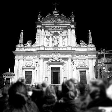 Vor der Kirche (Schwarz-Weiß) von Rob Blok