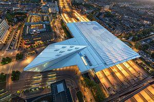 Het futuristische Centraal Station van Rotterdam in de nacht