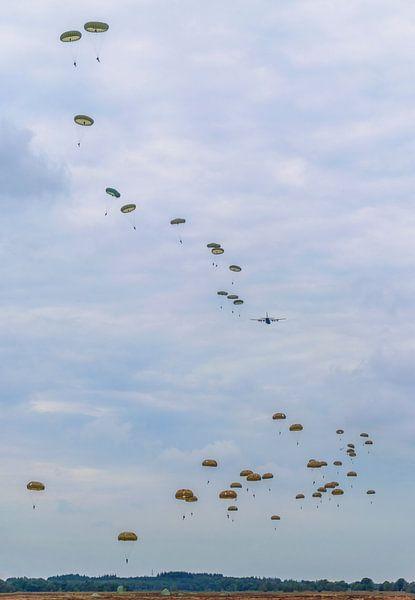 Parachutisten in de lucht sur Joost Lagerweij