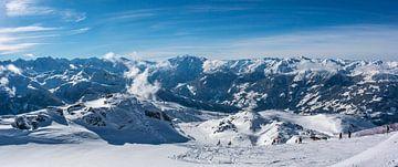 Uitzicht over de met sneeuw bedekte bergen in de Tiroler Alpen in Oostenrijk van
