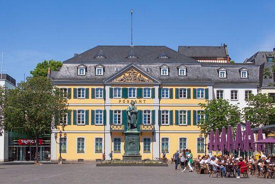 Beethoven Monument en Hoofdpostkantoor, voormalig paleis Fürstenberg op Münsterplatz, Bonn, Noordrij
