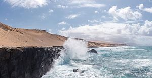 Opspattende golf tegen een rotskust, La Pared, Fuerteventura, Canary Islands, Spanje