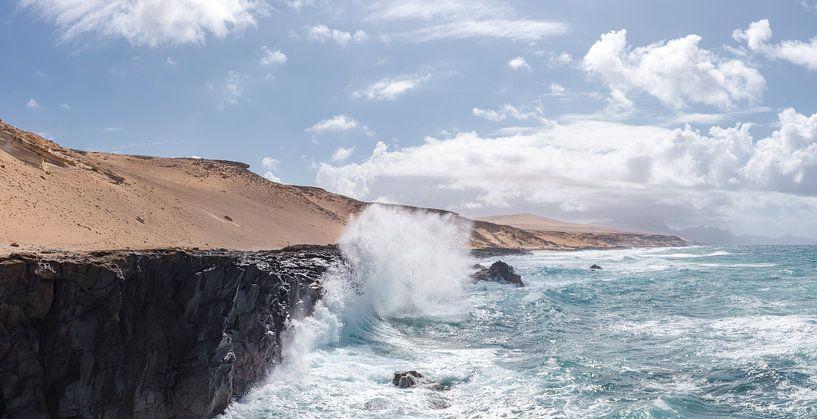 Opspattende golf tegen een rotskust, La Pared, Fuerteventura, Canary Islands, Spanje van Rene van der Meer