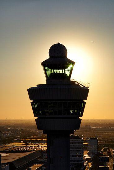 Luchtopname van de verkeerstoren van Schiphol
