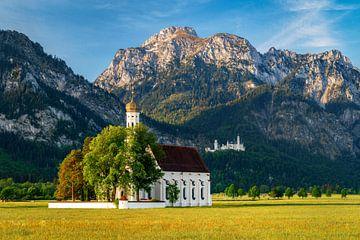 St. Coloman Kirche mit Schloss Neuschwanstein zum Sonnenaufgang im Herbst. Berg Säuling im Hintergru