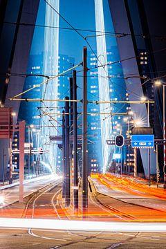 Erasmusbrug met lichtsporen van Hanno de Vries