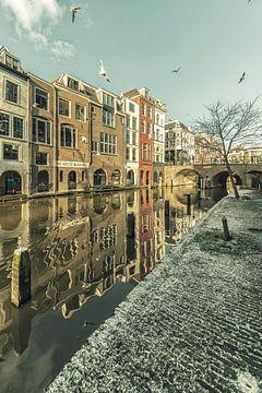 Besneeuwde werf aan de Oudegracht in Utrecht