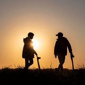 Twee jongens met skateboard bij zonsondergang van Maren Oude Essink