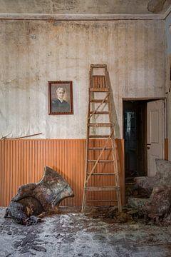 Altes Wohnzimmer mit Leiter von Perry Wiertz