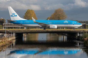Bijna thuis! Boeing 737-800 van de KLM (PH-BXY) taxiet richting de terminal na te zijn geland op de  van Jaap van den Berg