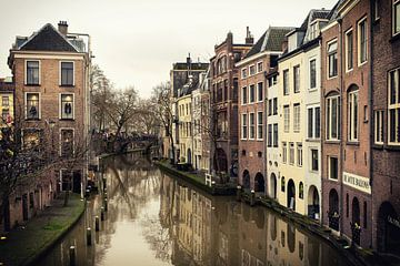 Oudegracht en de Lichte en Donkere Graad in Utrecht en de Gaardbrug gezien vanaf de Maartensbrug