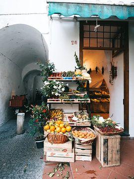 Italiaanse supermarkt met groente en fruit buiten uitgestald in Amalfi van Michiel Dros