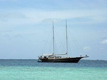 Zeilboot in het blauw van