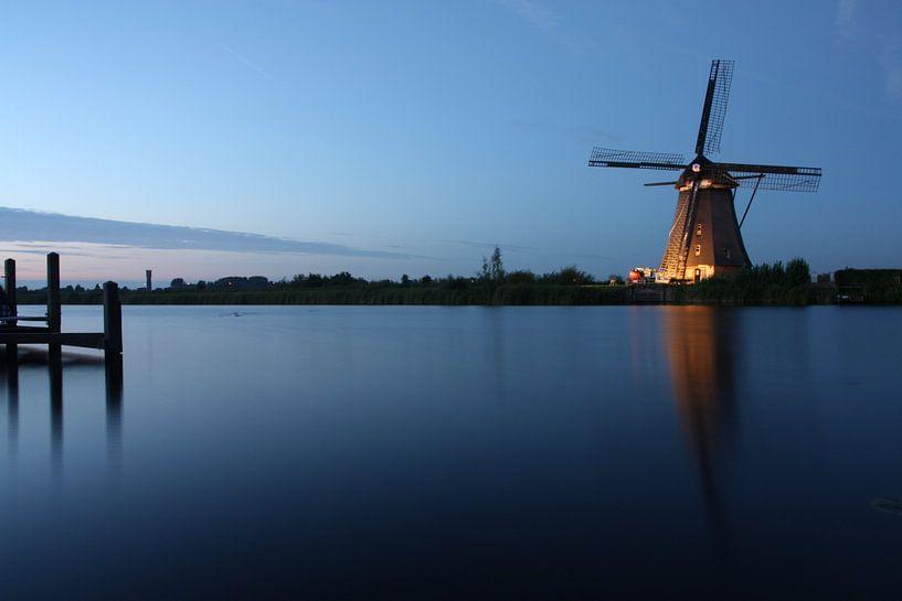 blue hour windmill van Ilya Korzelius